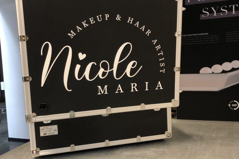 Umsatzsteigerung für Make-Up Artists, Logo von Nicole Buchta auf dem Deckel der Cantoni MakeUp Station Möglichkeiten Umsatzsteigerung für Artists